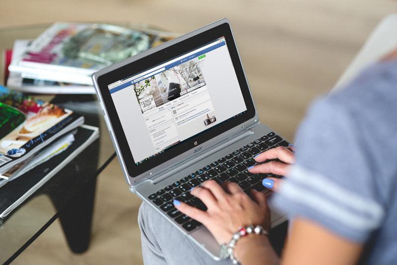 Uporaba facebooka na Macbook računalniku