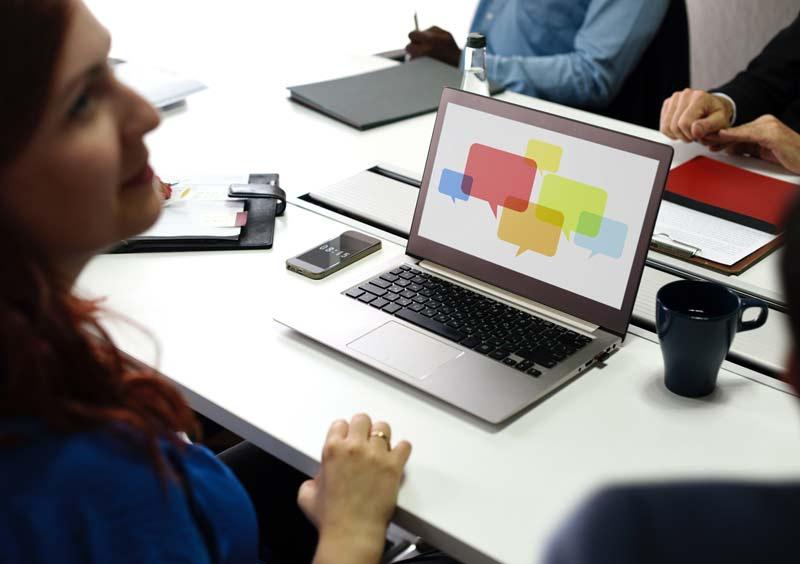 Ženska uporablja prenosni računalnik