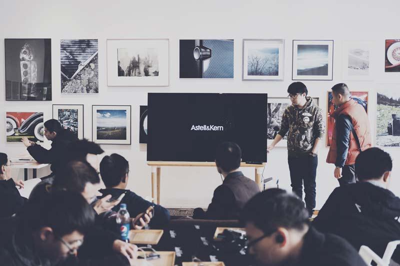 Predstavitev v konferenčni sobi s televizorjem