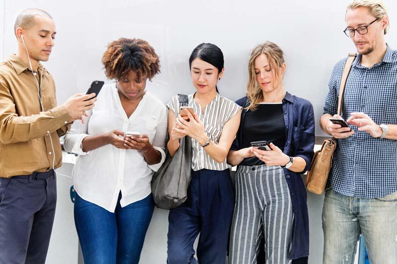 Skupina ljudi uporablja mobilne telefone