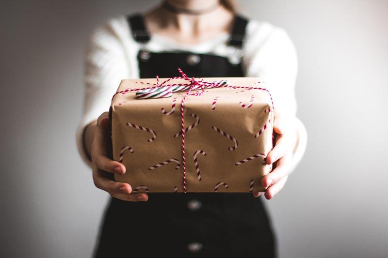 Oseba drži darilo